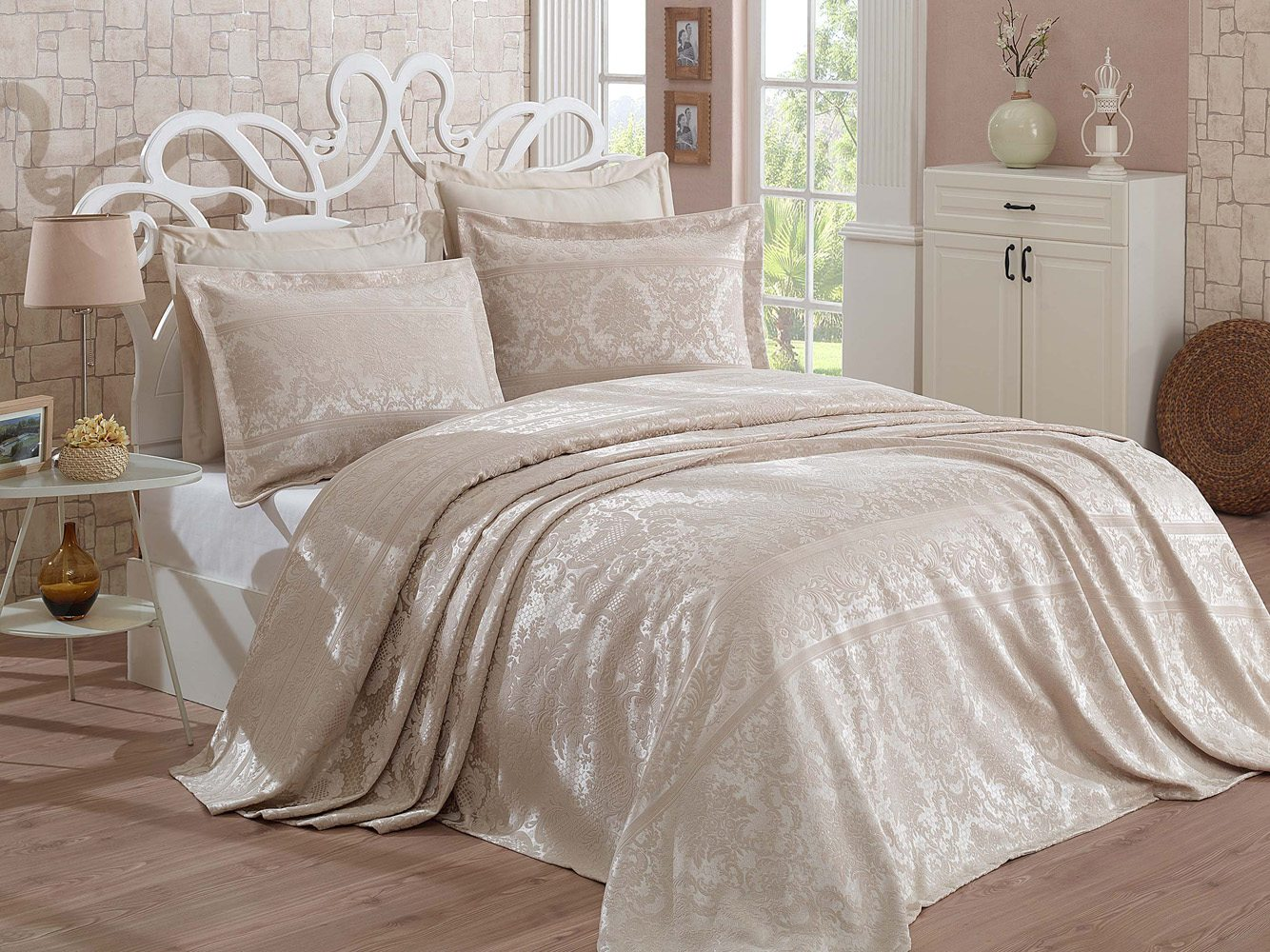jacquard bedspread set with two decorative pillowcases
